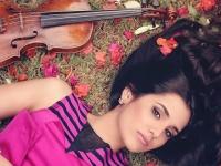 """Jaunoji virtuozė Aisha Syed į """"Gaidą"""" atsiveža Stradivari smuiką"""